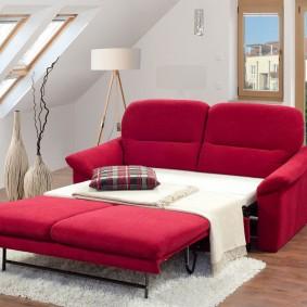 Яркий диван в современной гостиной