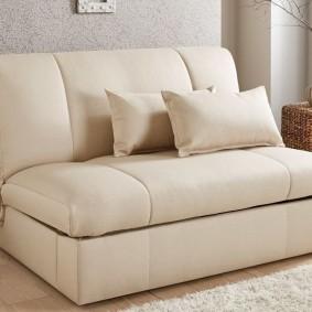 Прямой диван с правильными геометрическими формами