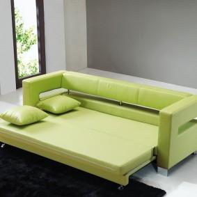 Узкая модель раскладного дивана для гостиной