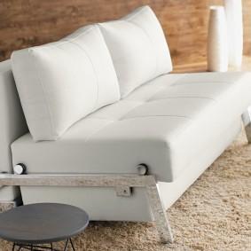 Компактная модель дивана-кровати в ретро стиле