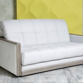 Декоративные планки на подлокотниках прямого дивана