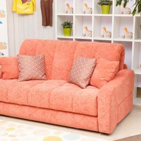 Небольшой диванчик раскладного типа для детской комнаты