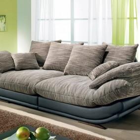 Множество подушек на диване в гостиной