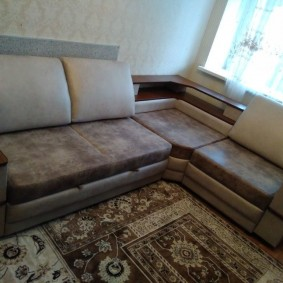 Г-образный диван с полочкой в углу