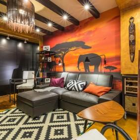 Кожаный диван в гостиной комнате африканского стиля