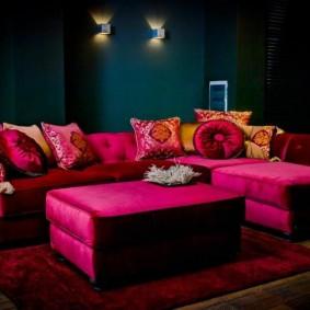 Бардовая мебель в темной комнате