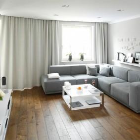 Белая полочка над спинкой углового дивана