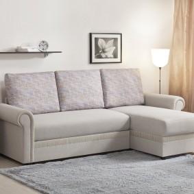 Светлый диван в маленькую гостиную