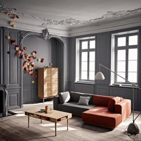 Серые стены в гостиной с лепниной на потолке