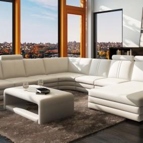 Большой диван в комнате с панорамным окном