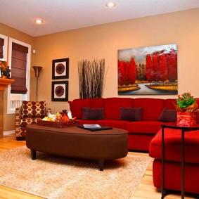 Прямоугольная картина над спинкой дивана