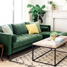 Зеленый диван с дорогой обивкой