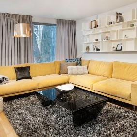 Желтая мебель в интерьере гостиной
