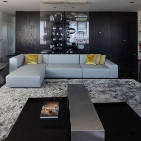 Светлый диван угловой конфигурации