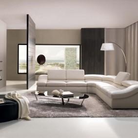 Дизайн гостиной комнаты с большим диваном