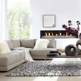 Светлая гостиная с диваном углового типа