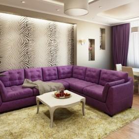 Фиолетовый диван в тон занавескам на окнах гостиной