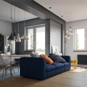 Темно-синий диван в двухкомнатной квартире