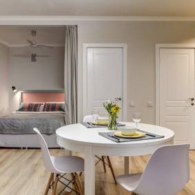 Обеденный стол в квартире европейской планировки