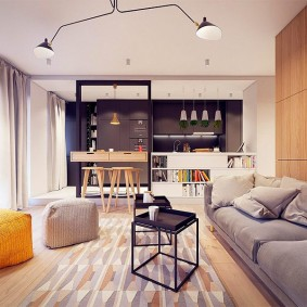 Мягкие пуфы на полу в гостиной комнате
