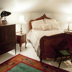 Темная мебель в спальне с низким потолком