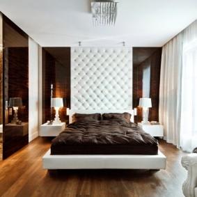 Мягкая обивка стены над кроватью в спальне