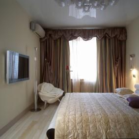 Коричневые шторы на окне спальной комнаты