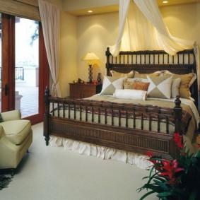 Деревянная кровать в современной спальне