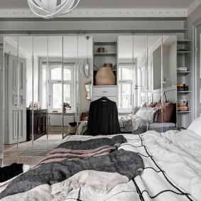 Зеркальная стена в очень светлой спальне