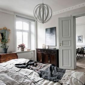 Просторная спальня в квартире сталинской постройки