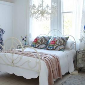Пестрые подушки в спальне прованского стиля