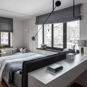Темные шторы на окнах в спальне