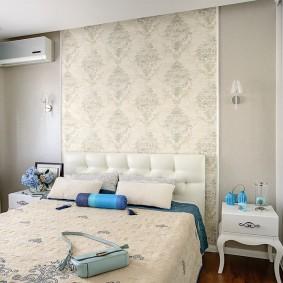 Декор красивыми обоями стены над кроватью