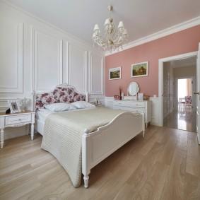 Люстра на потолке спальни в стиле классика