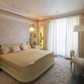 Оформление окна спальни классическими занавесками