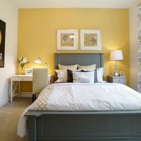 Желтая стена в спальне небольшого размера