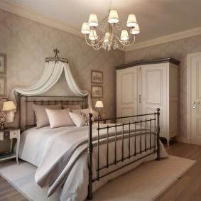 Металлическая кровать в спальне деревенского стиля