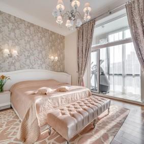 Атласный текстиль в спальне супругов