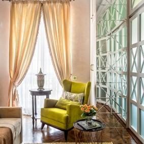 Красивые шторы на балконной двери в сталинке
