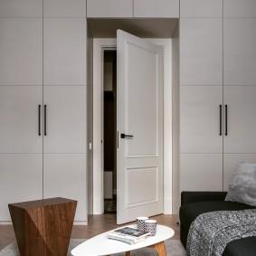 Встроенные шкафы в комнате с высокими потолками