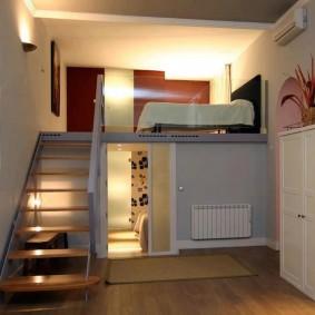 Спальное место на втором этаже квартиры-студии