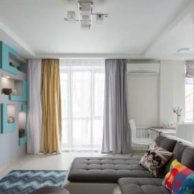 Декор окна гостиной шторами разного цвета
