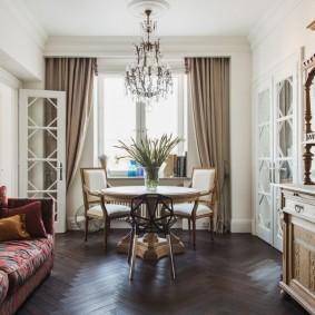 Деревянный комод в гостиной комнате