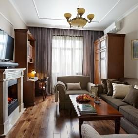 Небольшая гостиная с имитацией камина в интерьере