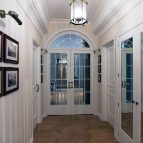 Светлый коридор с белыми стенами