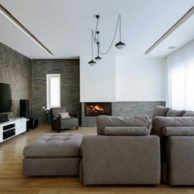 Серая мебель в гостиной с электрическим камином