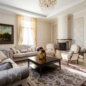 Интерьер классической гостиной с электрокамином
