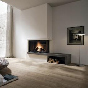 Дизайн просторного зала с электрическим камином