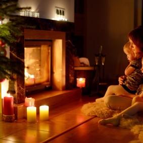 Уютная атмосфера в гостиной комнате с камином