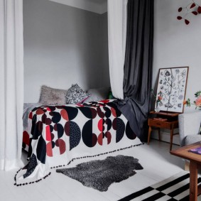 Небольшой коврик перед кроватью в нише